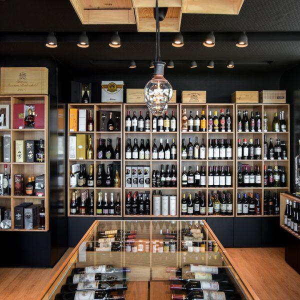 Garrafeira Foz Gourmet interior estantes vinhos do mundo